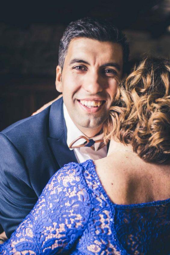 El novio abraza a su madre