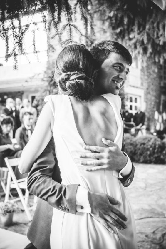 la novia abraza a su hermano