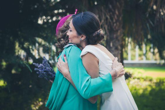 la novia abraza a su madre