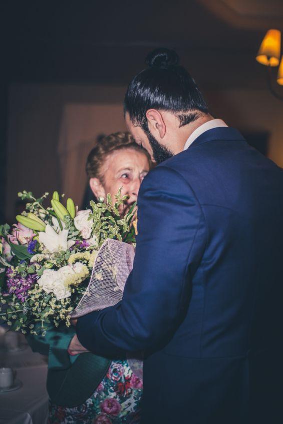 el novio regala flores a su abuela