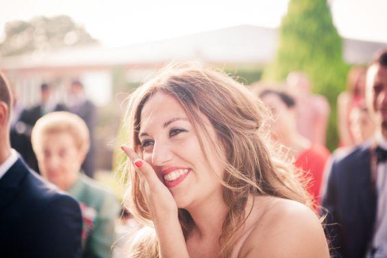 amiga de la novia emocionada durante la boda