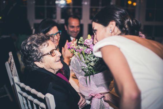 la novia regala flores a su abuela