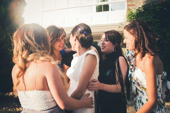 las amigas felicitan y abrazan a la novia