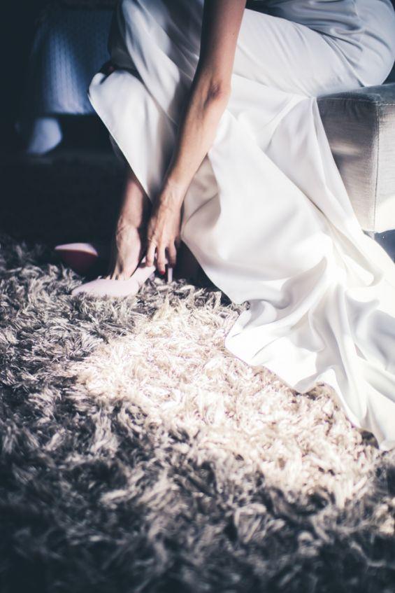 los zapatos color nude de la novia