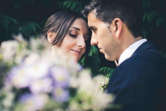 Los novios enamorados el día de su boda